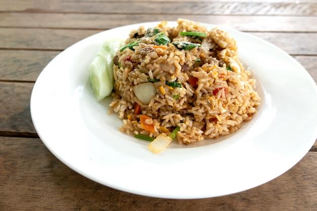 Primo piano di riso fritto con carne di maiale. Foto Premium