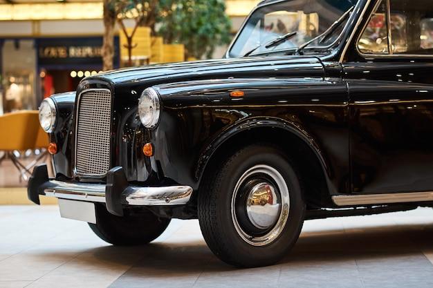 Primo piano di un'auto d'epoca nera vista frontale della macchina retrò Foto Premium