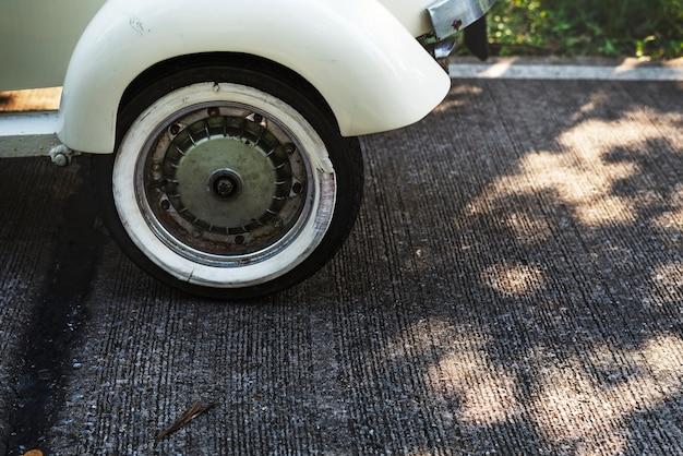 Primo piano di un classico scooter d'epoca Foto Gratuite