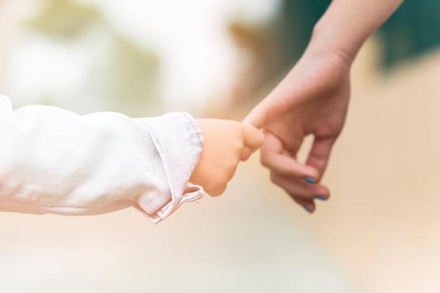 Primo piano di un fratello che tiene il dito della sorella Foto Gratuite