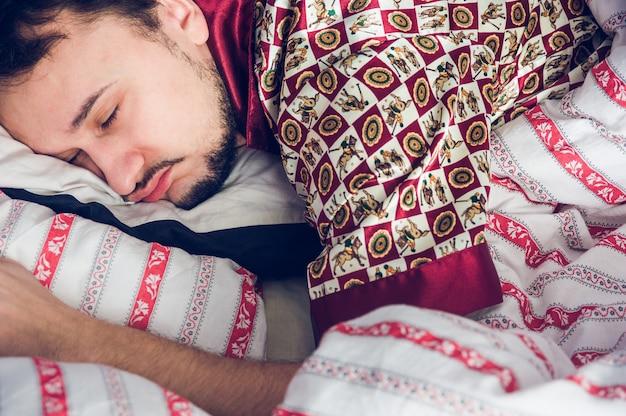Primo piano di un uomo addormentato Foto Premium