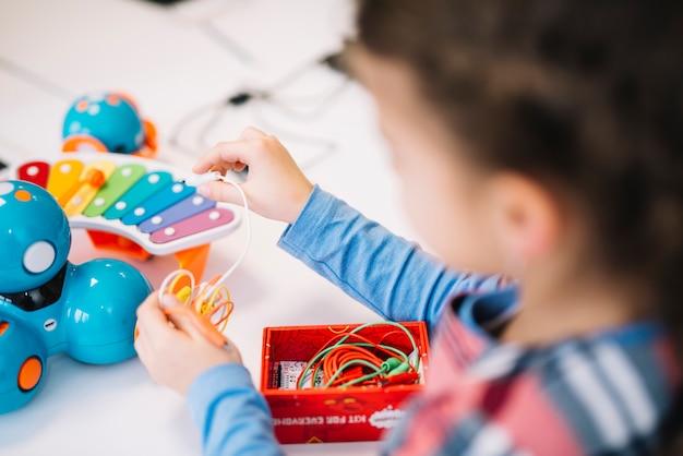 Primo piano di una bambina che fissa la corda sul giocattolo Foto Gratuite