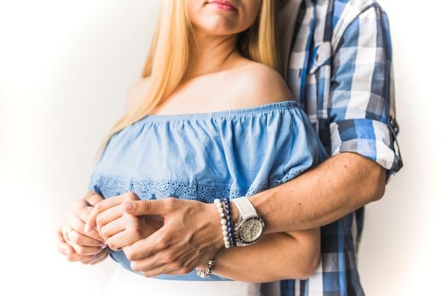 Primo piano di una coppia che tiene la mano Foto Gratuite