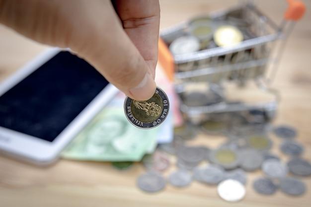 Primo piano di una moneta da 10 baht, fuoco baht tailandese Foto Premium