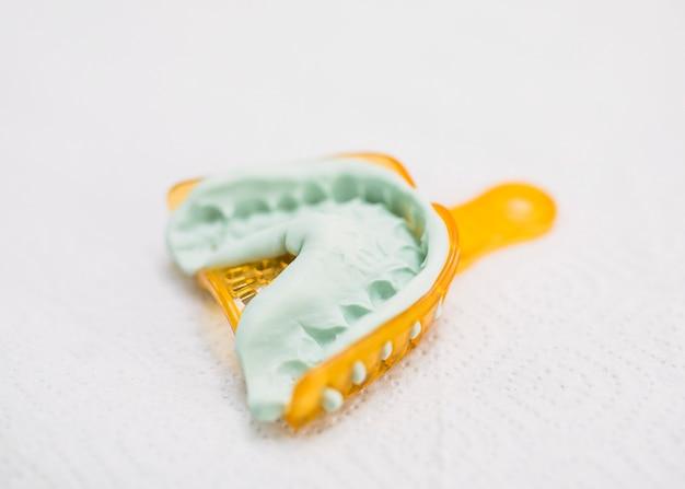 Primo piano di una muffa dei denti Foto Gratuite