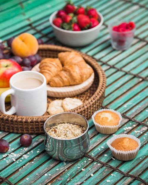 Primo piano di una sana colazione sul contesto in legno Foto Gratuite