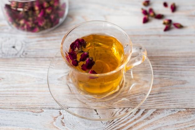Primo piano di una tazza di tè trasparente Foto Gratuite