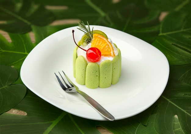 Primo piano di una torta rotonda verde. Foto Premium