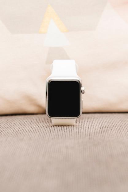 Primo piano di uno smartwatch con schermo vuoto Foto Gratuite