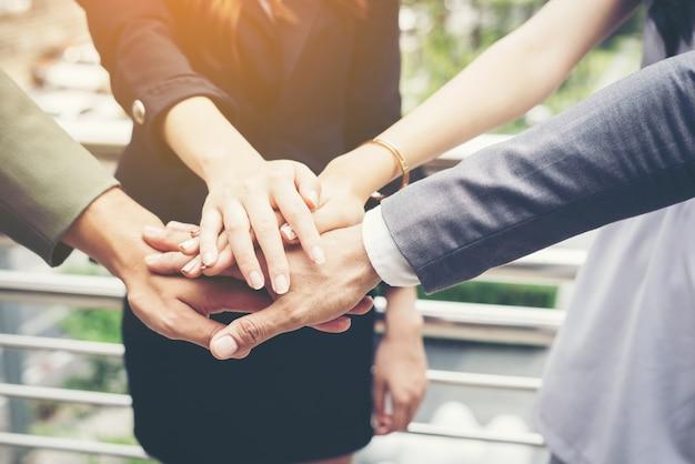 Primo piano di uomini d'affari mani insieme. concetto di lavoro di squadra. Foto Gratuite