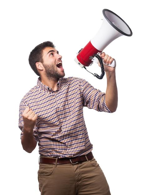 Primo piano di uomo bello che urla nel megafono for Crea il mio piano personale gratuito