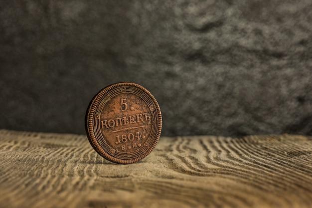 Primo piano di vecchia moneta russa su una tavola di legno. Foto Gratuite