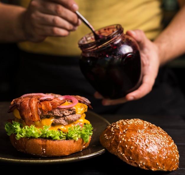 Primo piano doppio cheeseburger con pancetta Foto Gratuite