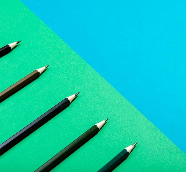 Primo piano marrone sfumato delle matite dell'ombra Foto Gratuite