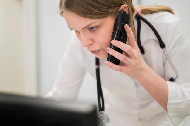 Primo piano medico al telefono Foto Gratuite