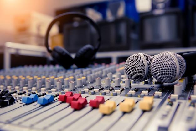 Primo piano mixer audio e microfoni relativi alla sala riunioni. Foto Premium