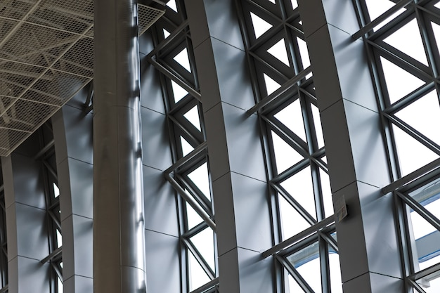 Primo piano moderno della facciata di alluminio. costruzione in vetro Foto Premium