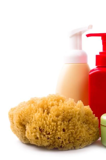 Primo piano naturale dei cosmetici e della spugna su fondo bianco Foto Premium