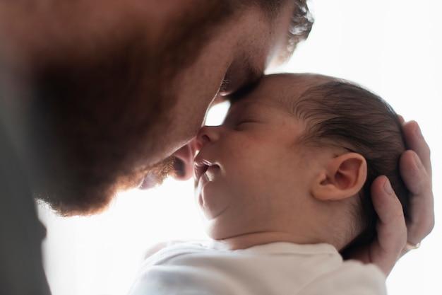 Primo piano padre e figlio che hanno un momento Foto Gratuite