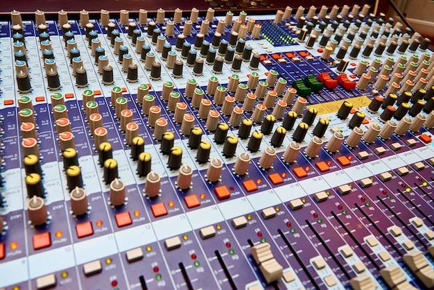 Primo piano professionale del pannello di controllo del suono. Foto Premium