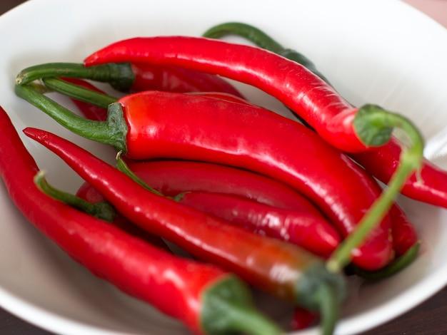 Primo piano rovente del peperoncino. messa a fuoco selettiva Foto Premium