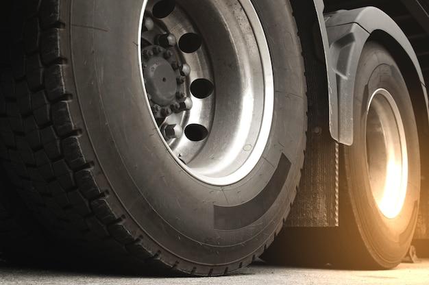 Primo piano ruote di un camion di autotreno. trasporto nell'industria del trasporto merci. Foto Premium