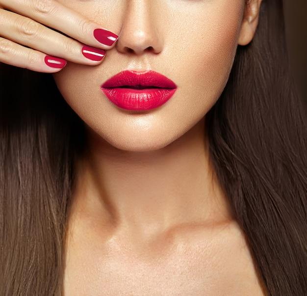 Primo piano sexy rosa delle unghie e delle labbra. bocca aperta. manicure e trucco. Foto Gratuite