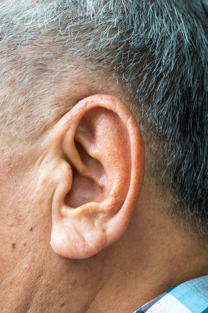 Primo piano su un orecchio di un anziano asiatico Foto Premium