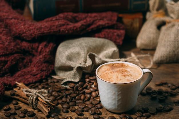 Primo piano tazza di caffè con fagioli arrostiti Foto Gratuite