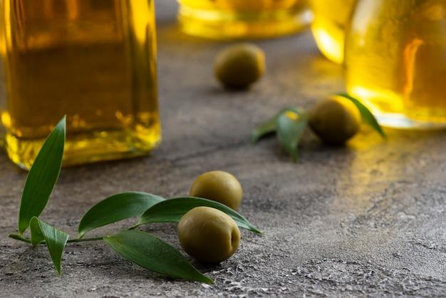 Primo piano vista dall'alto di piccole olive verdi Foto Gratuite