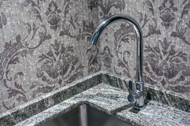 Primo piano vista del rubinetto rubinetto sul lavandino Foto Premium