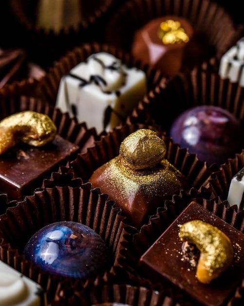 Primo piano vista di praline al cioccolato in una scatola Foto Gratuite