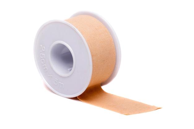 Primo piano vista di un rotolo di nastro adesivo isolato su uno sfondo bianco. Foto Premium