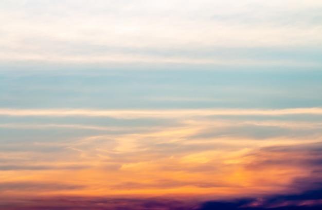 Priorità bassa astratta, paesaggio del cielo drammatico nella sera. Foto Premium