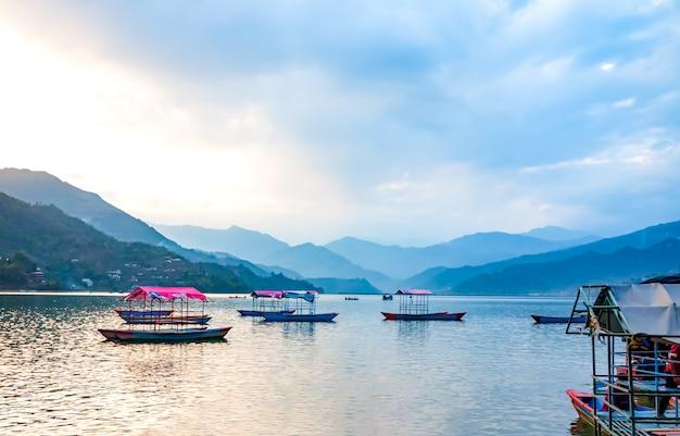 Priorità bassa della natura con il lago phewa, nepal Foto Premium