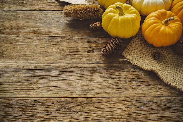 Priorità bassa di giorno di autumn thanksgiving con foglie e frutti caduti Foto Premium