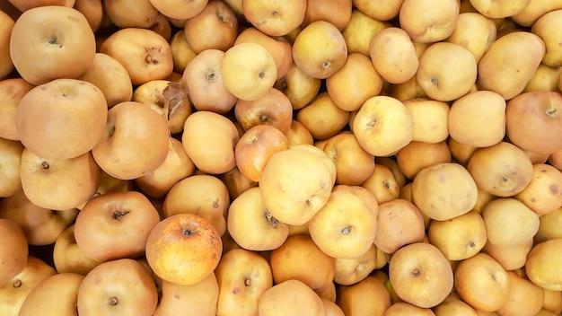 Priorità bassa gialla selezionata fresca delle mele nella stagione del raccolto Foto Premium