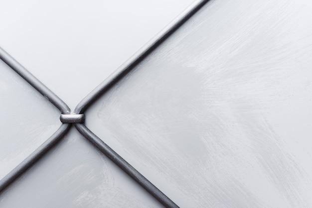 Priorità bassa strutturata bianca della parete con i collegare del metallo Foto Gratuite