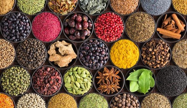 Priorità bassa variopinta della spezia, vista superiore. condimenti ed erbe per il cibo indiano Foto Premium