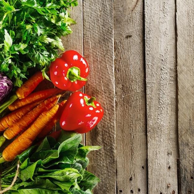 Priorità bassa variopinta della verdura dell'alimento. gustosi ortaggi freschi sul tavolo di legno. vista dall'alto con lo spazio della copia. Foto Gratuite
