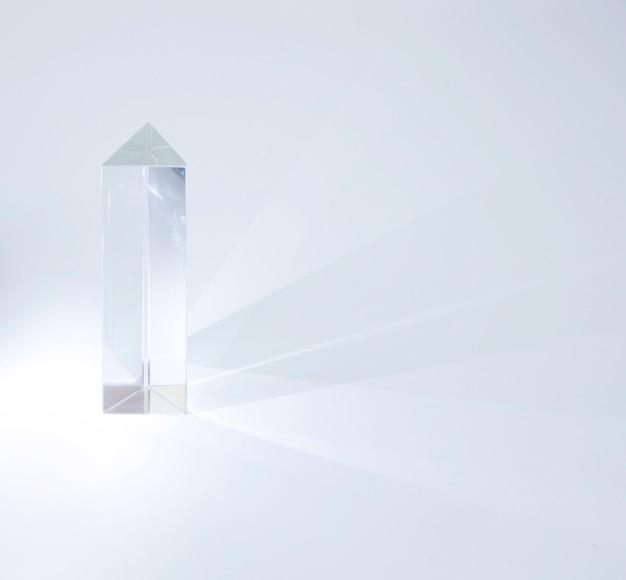 Prisma di cristallo lucido che emette luce su sfondo bianco Foto Gratuite