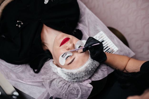 Procedura di estensione delle ciglia in salone Foto Premium