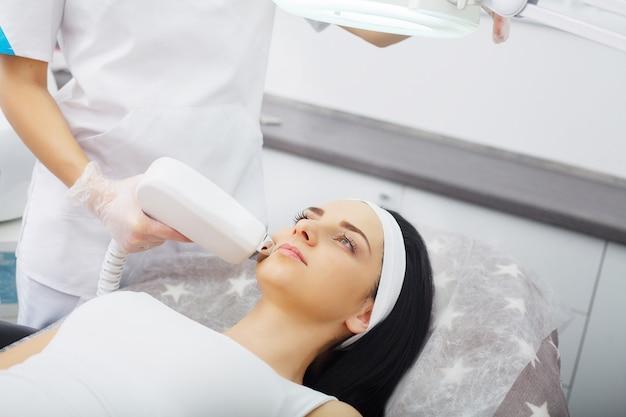Procedura di microdermoabrasione. esfoliazione meccanica, lucidatura a diamante. modello e dottore. clinica cosmetologica assistenza sanitaria, clinica, cosmetologia Foto Premium