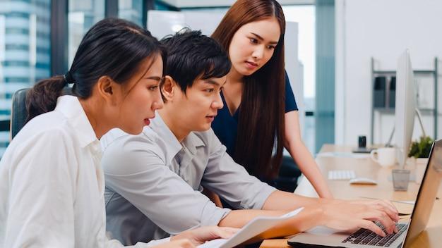 Processo collaborativo di imprenditori multiculturali che utilizzano la presentazione e la comunicazione del laptop incontrando idee di brainstorming sulla strategia di successo del piano di lavoro dei colleghi di progetto in ufficio moderno. Foto Gratuite