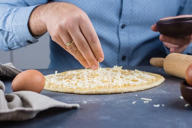 Processo di cottura: tradizionale pane georgiano con formaggio - khachapuri megrelian Foto Premium