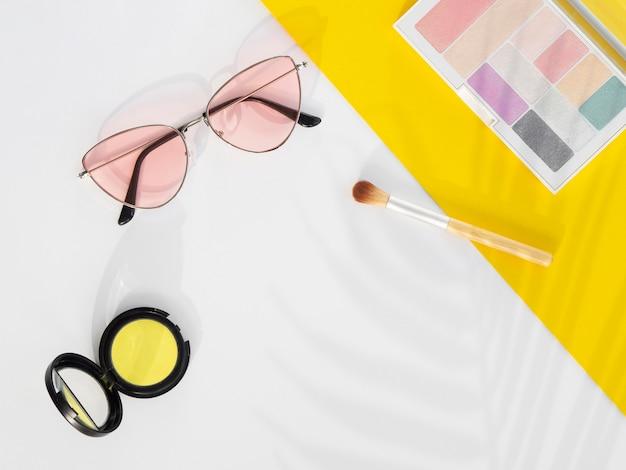 Prodotti cosmetici di bellezza con occhiali da sole Foto Gratuite