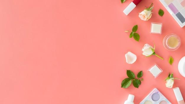 Prodotti cosmetici di bellezza e rose con copia-spazio Foto Gratuite