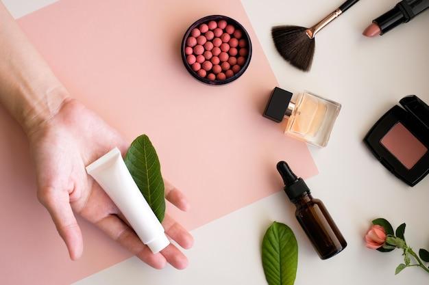 Prodotti cosmetici di trucco sul fondo di bellezza. Foto Premium