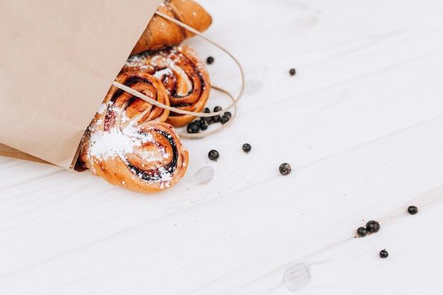 Prodotti da forno in sacchetti di carta. Foto Premium