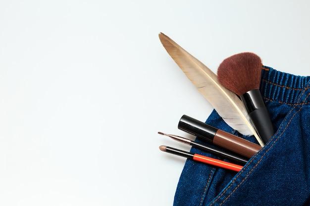 Prodotti di bellezza e prodotti cosmetici di bellezza che spuntano dai jeans donna denim Foto Premium